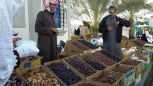 Kurma di jual di tepi masjid Quba