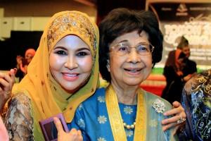 Bersama Tun Dr Siti Hasmah Mohd Ali semasa Anugerah Tokoh Srikandi Negara 2014.