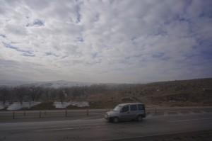 Ambil gambar dr dalam bas sepanjang perjalanan.. Awan memutih dgn salji gunung memutih..
