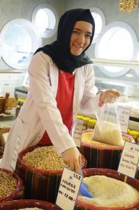 Gadis Turki menjual beras (12 Lira Sekila = RM36)