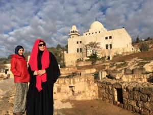 Bawah tu pintu kuburanya Ashabul Kahfi atas mesjid. Batu2 ni licin dan tajam..