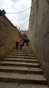 Kemari sgt bahaya.. Hebron.. Kami menaiki tangga menuju ke Makam Nabi Ibrahim. Penuh askar Israel berkepong.. Mereka sgt menyusahkan kami juga.