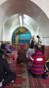 Kami diberi penerangan oleh Uzt Hafiz. Makan di dalam masjid. Makam berwarna biru ialah makan Nabi Ibrahim & Sarah. Anak dn menantunya ada di  sini.