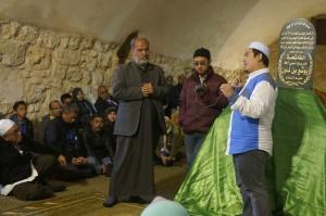 Lelaki ni penjaga makam Nabi Shuib. Tidak boleh berbahasa inggeris.