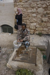 Telaga air minum, makam Nabi Shuib ada di bawah tanah.