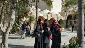 Kami singgah sebentar melihat masjid ambiyak..